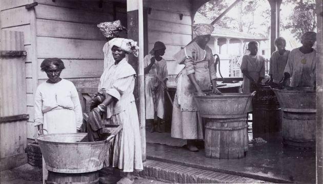 Wasvrouwen op de plantage Wolfenbutel bij Paramaribo (KIT)