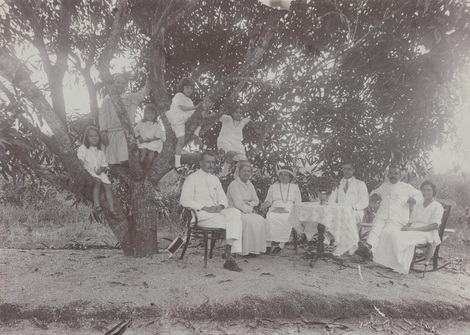 Gezelschap bij de Manjaboom op plantage Morgenstond, anoniem, ca. 1910  detail  collectie Rijksmuseum